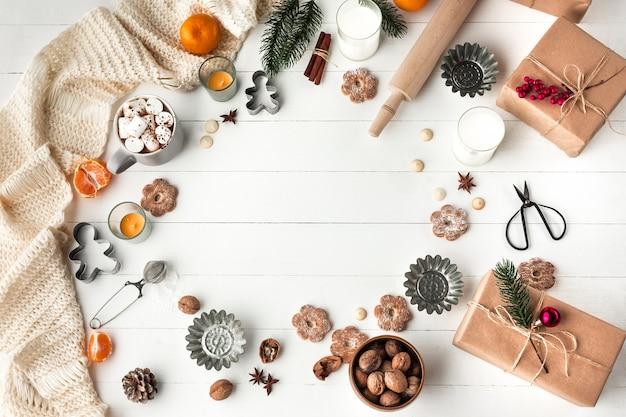 Fabbricazione del forno casalingo, biscotti del pan di zenzero nella forma di primo piano dell'albero di natale.