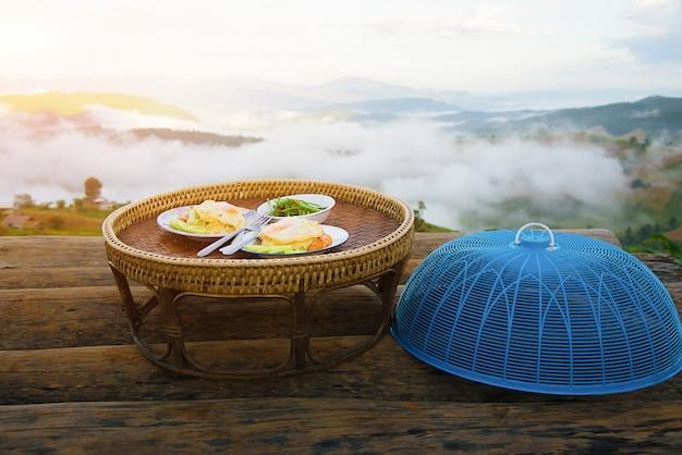 Faccia colazione sul balcone di pa bong piang, chiang mai, tailandia