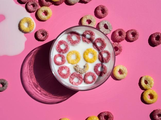 Faccia felice fatta con anelli di frutta gialli e rosa