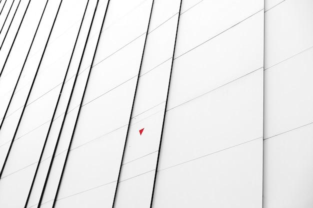 Facciata bianca del primo piano di una costruzione moderna