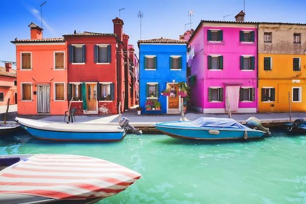 Facciata colorata su burano, provincia di venezia
