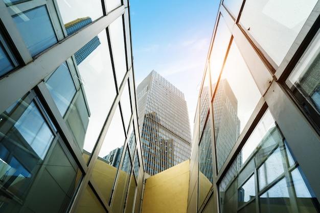 Facciata continua di vetro del grattacielo nel centro finanziario