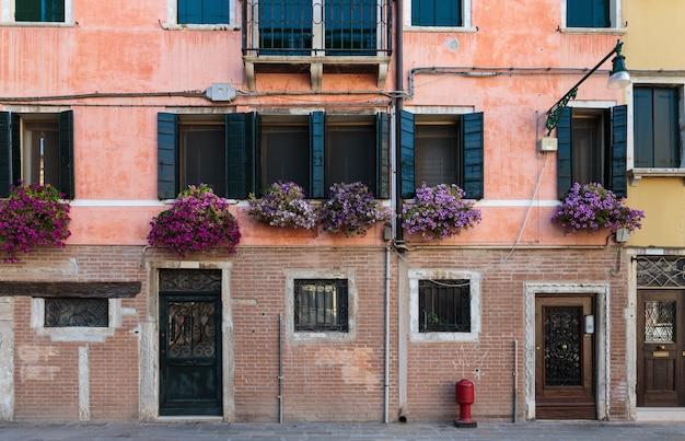 Facciata della vecchia casa a venezia