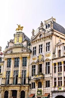 Facciata delle costruzioni della città a grand place a bruxelles