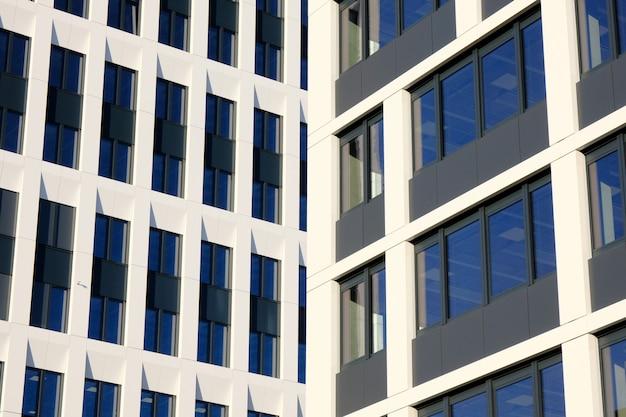 Facciata di edifici per uffici moderni in un nuovo centro business contemporaneo.