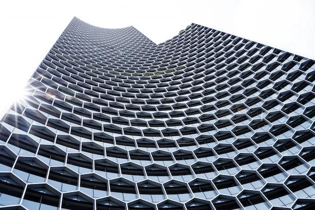 Facciata di un edificio moderno con struttura geometrica
