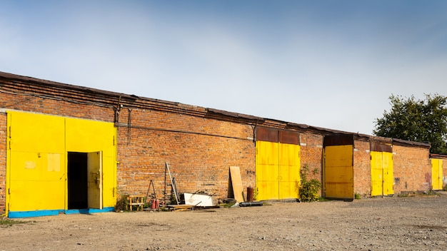 Facciata di un magazzino di metallo giallo