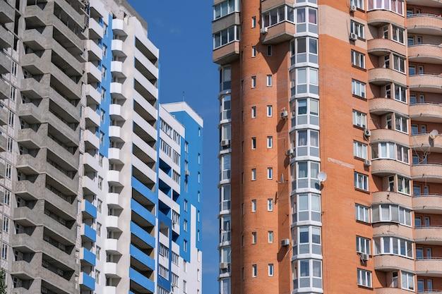 Facciata di una moderna casa a molti piani