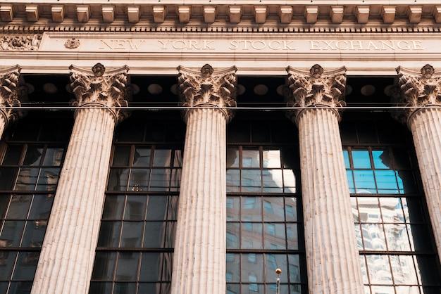 Facciata di vecchia costruzione con le colonne della borsa valori di new york