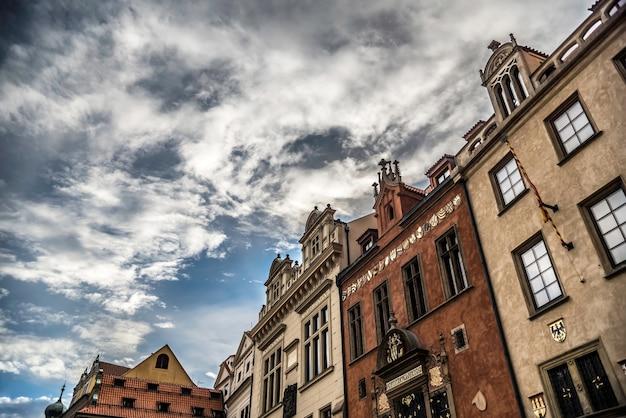Facciate di edificio barocco nella piazza della città vecchia di praga