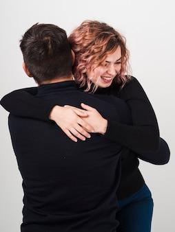 Faccina che abbraccia l'uomo per san valentino