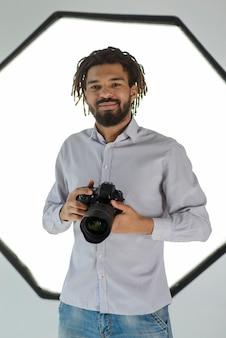 Faccina che tiene la macchina fotografica
