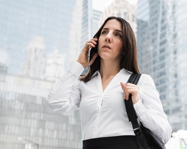 Faccina di tiro medio donna al telefono