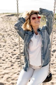 Faccina di tiro medio donna in spiaggia