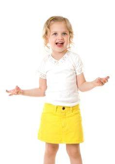 Faccina felice bambina che indossa una gonna gialla