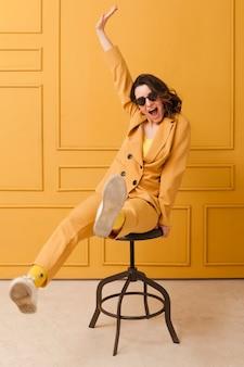 Faccina giocosa femmina sulla sedia