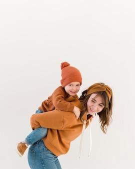 Faccina mamma con figlio su cavalluccio