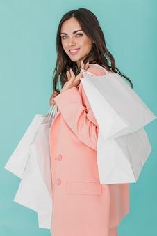 Faccina sorridente in giacca rosa che guarda l'obbiettivo