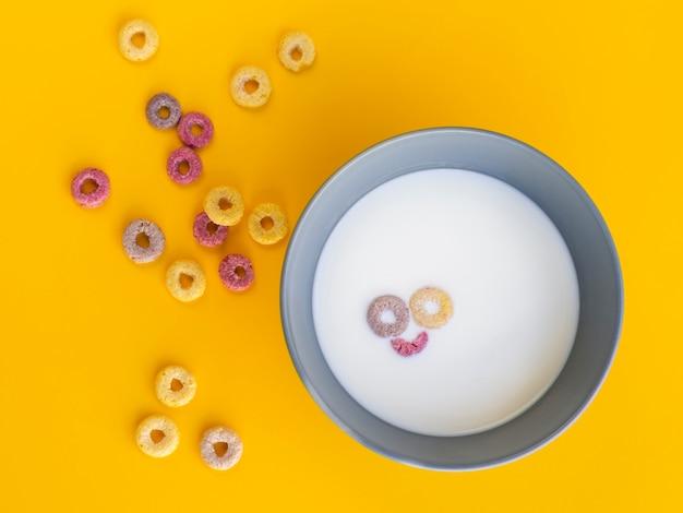Faccina sorridente in una ciotola a base di cereali