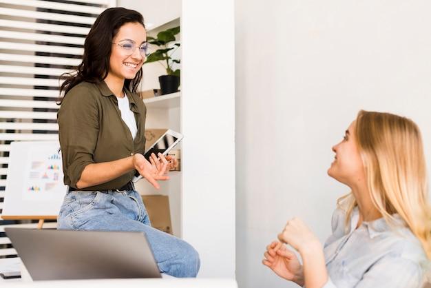 Faccine femmine a parlare in ufficio