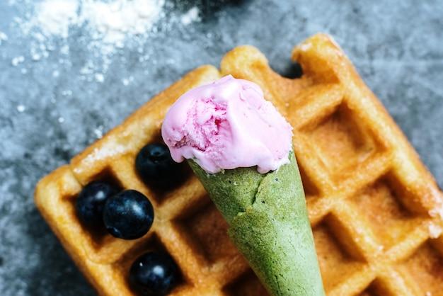 Facendo colazione la domenica mattina una lussuosa cialda con frutta rossa antiossidante