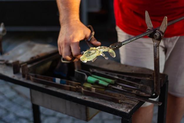 Facendo figurine di vetro, appena tirato fuori dal forno