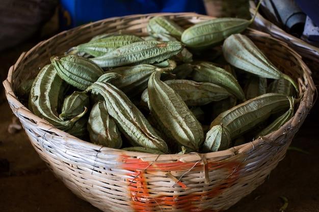 Fagioli alati nel cestino di vimini nel mercato indiano in mauritius.
