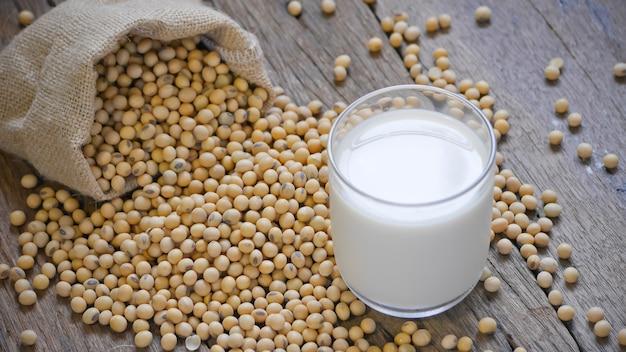 Fagioli di soia e latte di soia nella borsa con vista da vicino