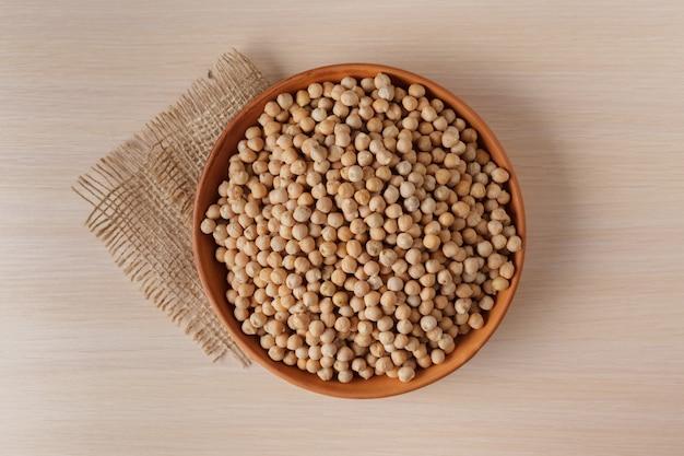 Fagioli di soia sulla tavola di legno