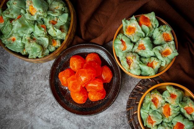 Fagioli ripieni con carne di maiale e uova salate cucina asiatica.