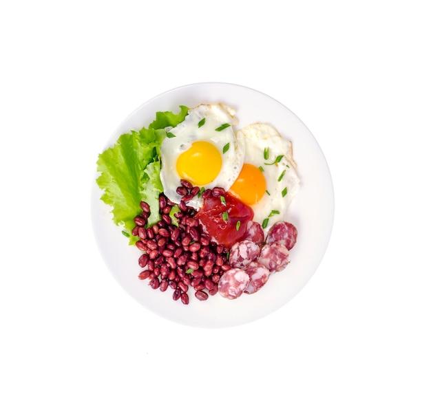 Fagioli rossi, lattuga e uovo fritto a colazione.