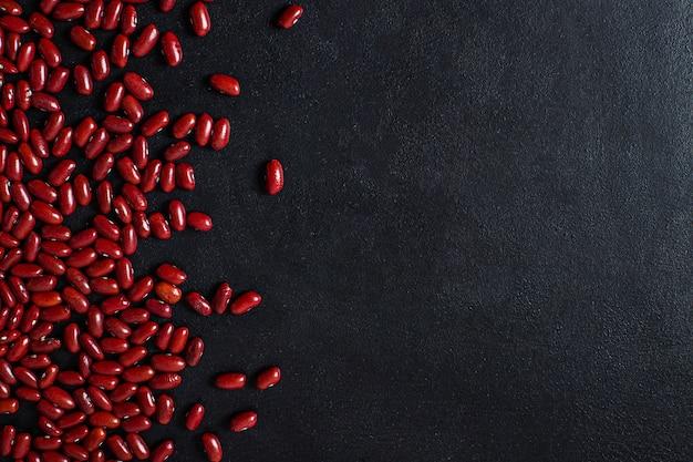 Fagioli rossi su nero. copia spazio. vista dall'alto.