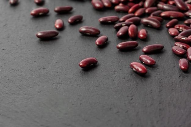 Fagioli rossi sul tavolo nero