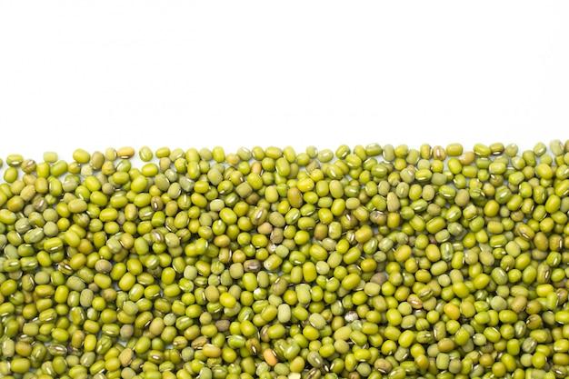 Fagioli verdi isolati su fondo bianco