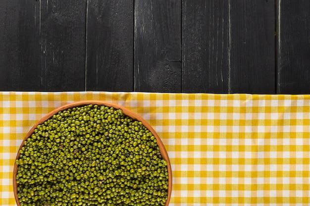 Fagioli verdi sul tavolo