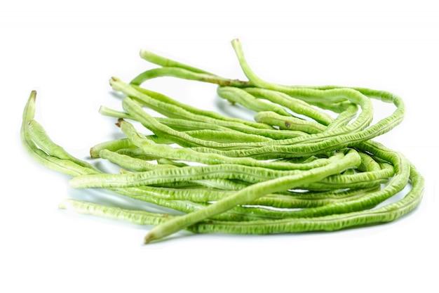 Fagiolini verdi freschi ortaggi biologici su sfondo bianco