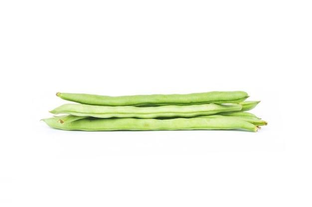 Fagiolini verdi isolati su bianco