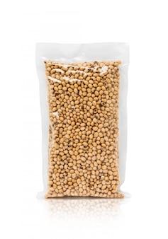 Fagiolo di soia in sacchetto di plastica isolato