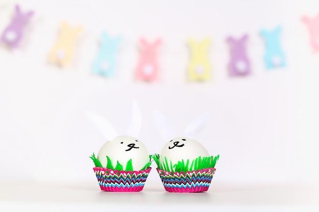 Fai da te il coniglio dalle uova di pasqua su sfondo bianco.