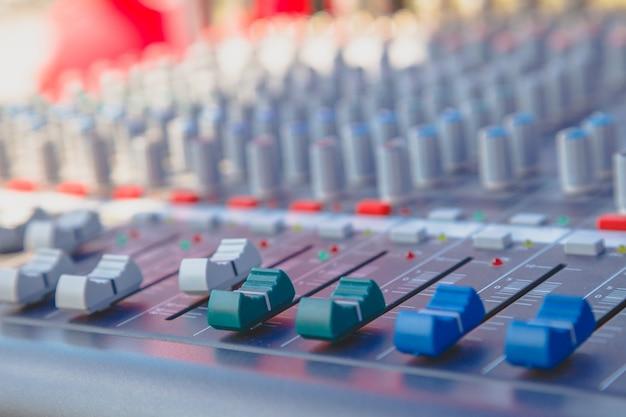 Fai scorrere il mixer audio nella sala di controllo.