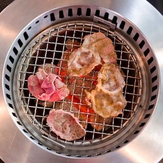 Fai scorrere la carne alla griglia nel ristorante giapponese.