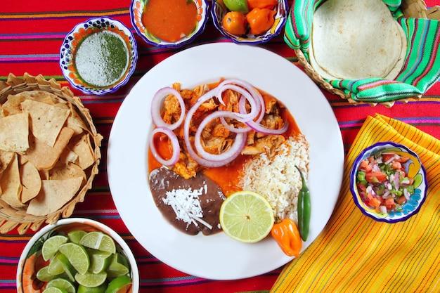 Fajitas cibo messicano con salsa di peperoncino rosso frijoles di riso