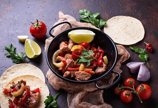 Fajitas con peperoni per cucinare tacos messicani