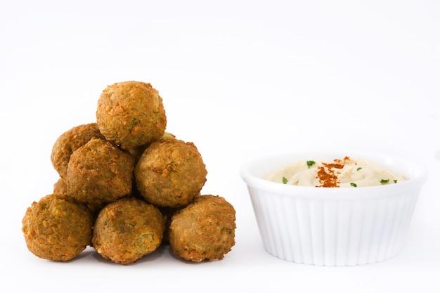 Falafel e hummus vegetariani freschi isolati su superficie bianca