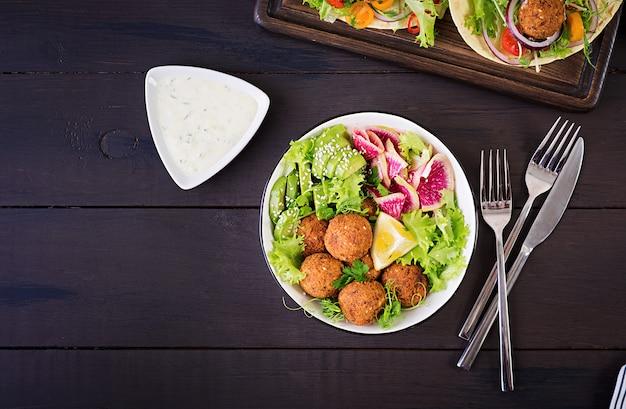 Falafel e verdure fresche