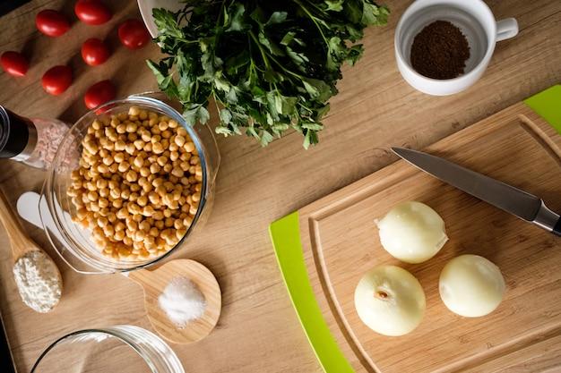 Falafel ingredienti sul tavolo