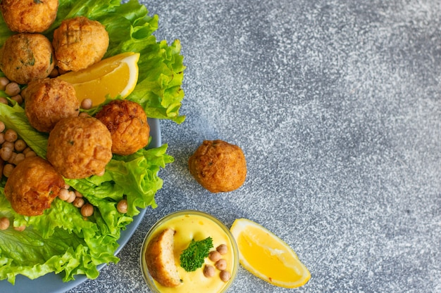 Falafel vegetariano fatto in casa fritto in padella a base di ceci e broccoli macinati