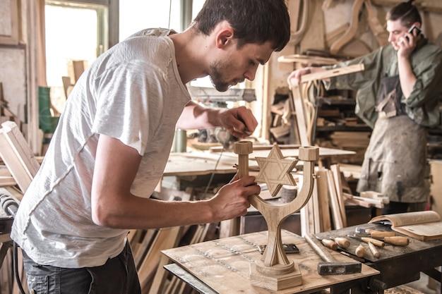 Falegname maschio che lavora con un prodotto in legno, utensili a mano