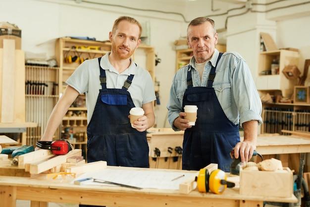 Falegnami che presentano alla pausa caffè