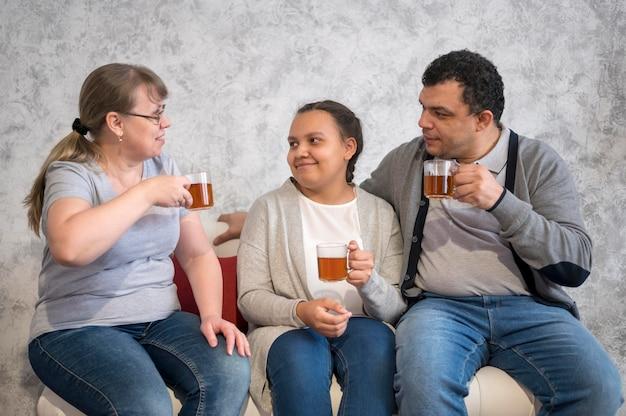 Famiglia a casa a bere il tè
